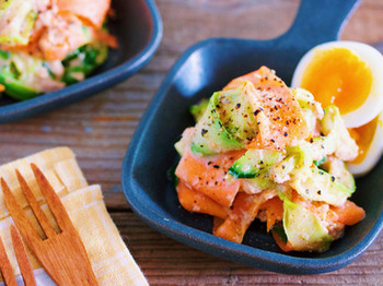 固いお野菜もピーラーを使えば包丁いらず。サッと茹でるだけであっと言う間に彩り豊かな本格サラダの出来上がり。