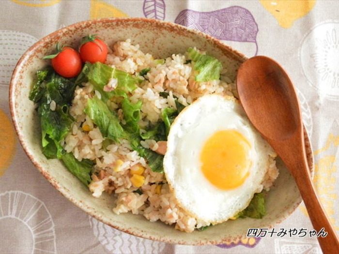 おにぎりでよく食べているツナマヨをチャーハンの具材に応用したレシピ。卵やレタス、ミニトマトで鮮やかに盛り付ければ、あっという間にカフェ風ごはんの出来上がり!