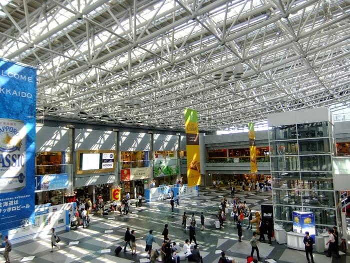 北海道の玄関口「新千歳空港」は、人気のグルメ店やお土産屋さんのほか、映画館や温泉などがあって、まるで巨大なテーマパーク!旅行中なら、時間が足りないくらい楽しめるかもしれません♪