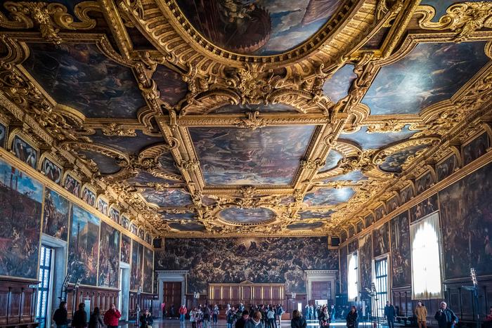 ドゥカーレ宮殿最大の見どころである「大評議の間」の豪華さは、ヴェネツィア共和国の富を象徴しています。天井に描かれたティントレットの傑作「天国」は、油絵としては世界一の大きさを誇ります。