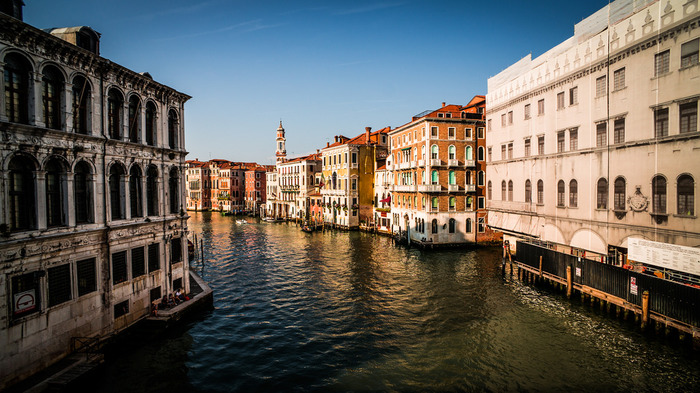 S字を描くように流れるカナル・グランデは、ヴェネツィア最大の運河です。