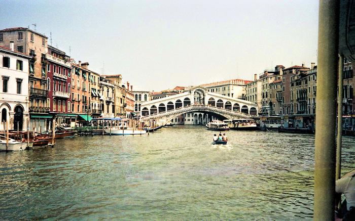 カナル・グランデに架かるリアルト橋は、16世紀に架けられたものです。「白い巨像」とも呼ばれるリアルト橋は、風情あるヴェネツィアの街並みに華を添えています。