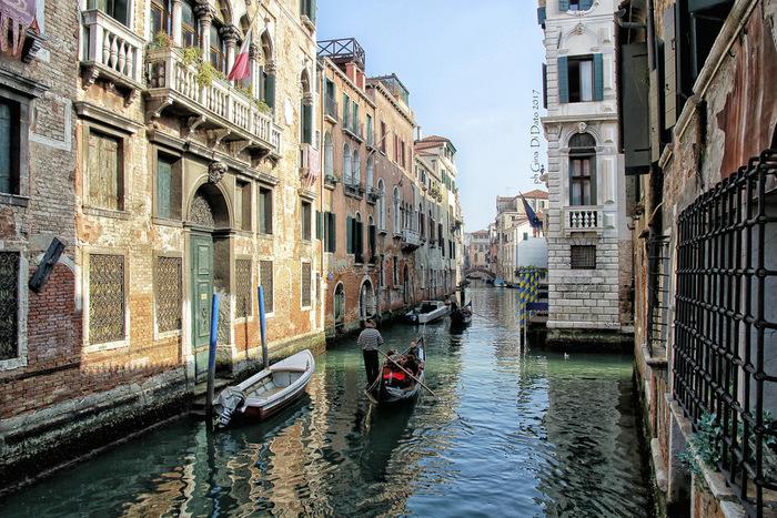 7世紀末から18世紀末いた1000年もの歴史を誇るヴェネツィア共和国の首都であったヴェネツィアの街並みは、中世の面影を色濃く残しています。迷路のように張り巡らされた運河は、街並みの美しさを引き立てています。
