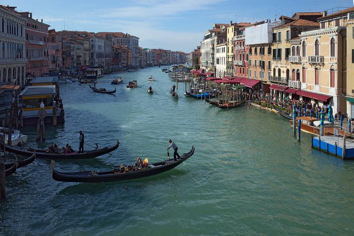 カナル・グランデには、ヴェネツィア市民の交通手段として欠かせない水上バス、小舟のほか、観光客を乗せたゴンドラが行き交っています。街の中を悠然と流れるカナル・グランデ、両岸に軒を連ねる風情ある建物、水上を行き交う無数の小舟が織りなす景色は、まるで海に浮かぶ宝石箱のようです。