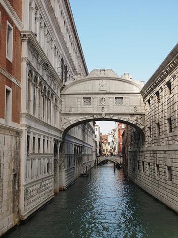 ドゥカーレ宮殿と、牢獄を結ぶひときわ目立つ白い大理石の橋は、「ため息の橋」と呼ばれています。かつて、ドゥカーレ宮殿で有罪判決を受けた在任は、この橋を渡りながら牢獄へ向かい、橋の窓から美しいヴェネツィアの景色に別れを告げながらため息をついたことから「ため息の橋」と呼ばれるようになりました。