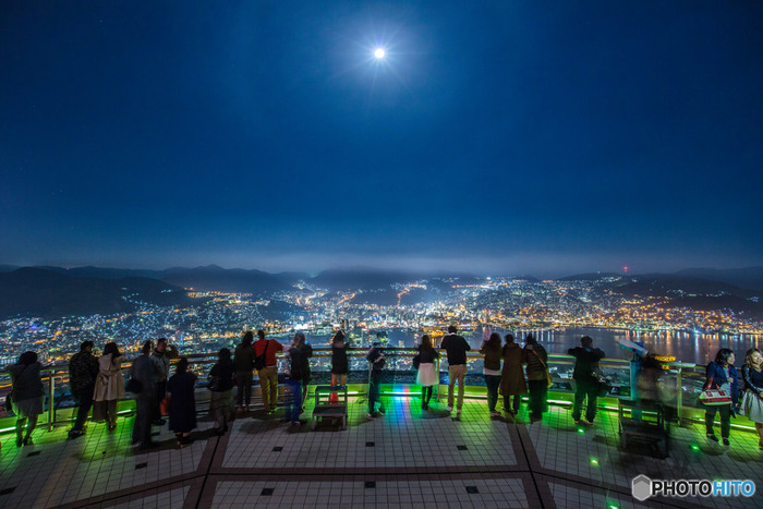 昼も夜も1日中楽しめるのも魅力。夜の長崎は幻想的な雰囲気を醸し出し、とっても素敵なんです。ライトアップされた観光名所や稲佐山から眺める夜景は、思わず息を呑むほどの美しさ。今回は、長崎市のおすすめ観光スポット・グルメ・お土産をご紹介します。