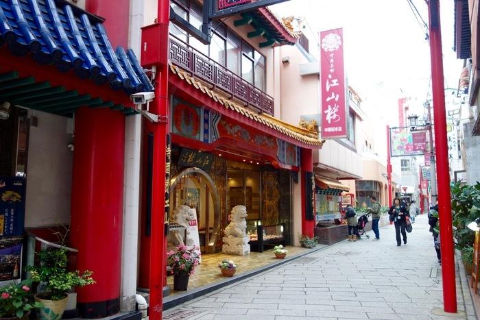 長崎新地中華街にある有名店「江山楼」は、1946年創業の老舗中華店。代々受け継がれてきた伝統の味を求めて多くの人が訪れる、中華街で一番人気のお店です。一品料理のほか、予約制のコース料理があり、年齢や好き嫌いなどを聞いて、自分たちだけの特別メニューを作ってもらえます。