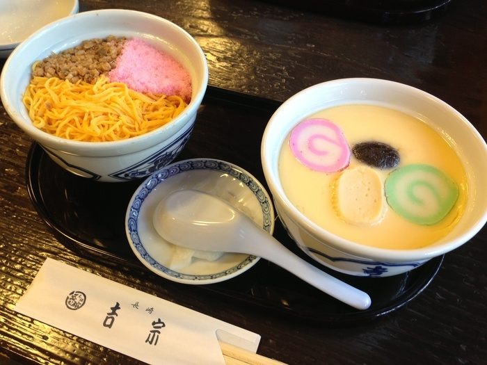 大きめの茶碗に入った茶碗蒸しは、見るからにプルプル!穴子や鶏肉、海老、しいたけ、銀杏など具もたっぷりと入っていて、上品な出汁の味わいがたまらなく美味しい♪色鮮やかな蒸し寿司は、穴子のそぼろ・錦糸玉子・桜でんぶがのっています。甘めの味付けで、茶碗蒸しとの相性もバッチリ◎