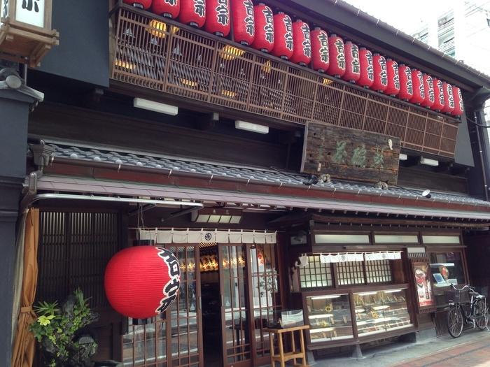 歴史を感じる趣ある建物と赤提灯が印象的な「吉宗」は、1866年創業の老舗で、地元民からも愛される茶碗蒸し・蒸し寿司専門店です。店内には中庭があり、落ち着いた雰囲気のなかで伝統の味を堪能できます。