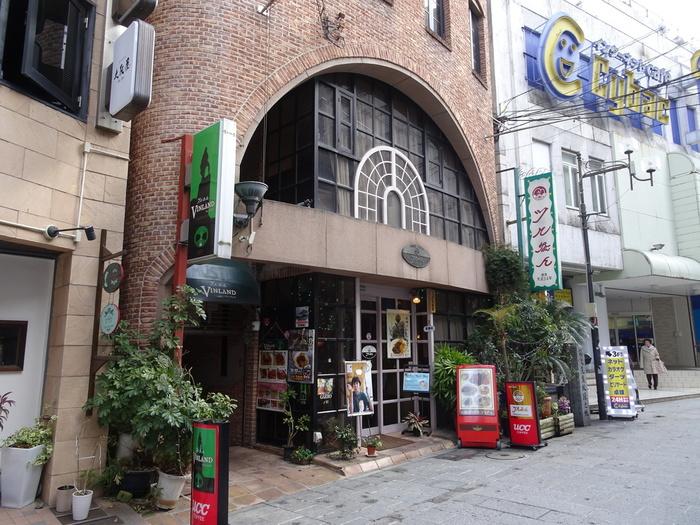 レトロな佇まいが魅力の「ツル茶ん」。1925年創業の九州最古の喫茶店として知られ、地元民のみならず観光客も訪れる有名店です。