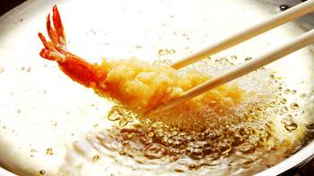 油の温度の目安は170℃~180℃です。衣を油に入れた時に沈まずすぐに浮き上がってくれば目安の温度になっています。天ぷらを揚げる場合は、お鍋が大きい方が温度が安定するので、出来るだけ大きいお鍋を使ってくださいね。