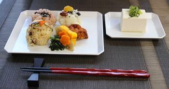 """料理を一箇所に固めるのではなく、器全体の余白を生かして離して盛る方法です。  こちらではあえて非対称に盛ることで、日本庭園のような一皿に。""""主役の一品""""を決めて配置すると、全体の印象がぐっと引き締まりますよ♪"""