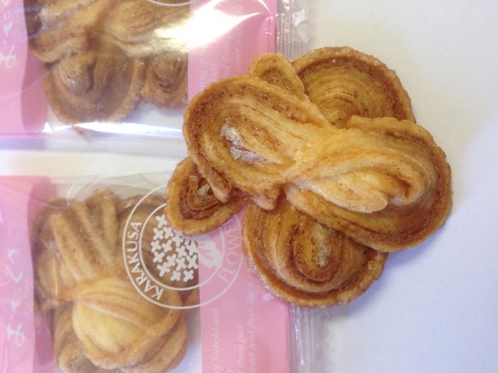 あじさいの花の形が可愛い「おたくさ」は、パイ生地を使ったクッキーです。長崎の定番のお土産の一つで、ほどよい甘さとサクサクの食感がたまらない!