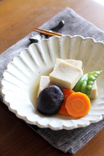 """深皿やボウル等に盛るときは、器平面に広げて盛るのではなく、お皿の真ん中に""""山""""のように盛ると、きれいに見えます。食卓に並べる際は、色の良い野菜を手前にすると、きれいですよ。"""
