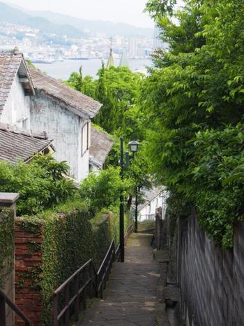 ここを訪れたら、ぜひ「祈念坂」へ。大浦天主堂の側面と長崎港を望むことができる知る人ぞ知るスポットです。作家・遠藤周作も何度も訪れるほどお気に入りのスポットだったとか。映画「解夏」のロケ地にもなった雰囲気のある坂は一見の価値あり!