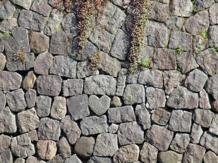 堤防をよ~く見てみると、ハートの石があるんです♡このハートストーンは20個ほどあるといわれ、パワースポットとしても有名です。眼鏡橋を訪れた際には、ハートを探してみるのも楽しいですよ♪