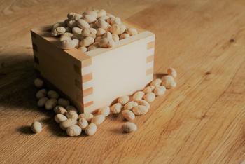 神社仏閣の豆まきを見に行ったり、ご家庭で豆をまいたら、年の数だけ豆をいただきましょう。もしくは年の数にひとつ加えて食べることで、一年風邪をひきにくくなるのだそう!