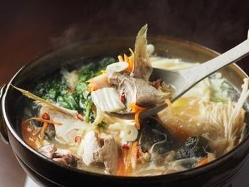 ブリのあらは、あら汁はもちろんですが、鍋に入れても美味しいんです。にんにくもきいていて、体の芯からぽかぽかに♪ごぼうやネギなどの根菜をたっぷり入れて、野菜と魚の旨味たっぷりのお鍋を楽しんでみて!