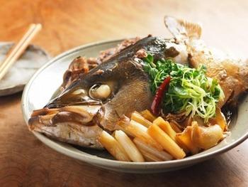 煮汁が少なくなるまで、照り・ツヤよく煮上げるあら煮(あら炊きともいわれます)。ぶりの頭をそのまま使うと豪華でインパクト抜群な一品料理になりますよ!ホロホロのカマ肉に、プルプルの顎まわりなど、部位によって色々な食感が楽しめるのも頭煮の美味しさ♪大きめサイズのフライパンで煮込みましょう。