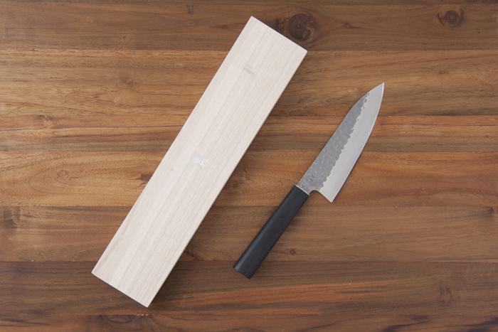 魚を捌くのに使う出刃包丁は、骨の多いアラを切り分けるのに便利です。丈夫で切れ味が良いので、一本持っておけばアラだけでなく魚料理全般で活躍してくれますよ。通常は調理する魚の大きさによって包丁のサイズを選びますが、あまり大きいものだと重くて扱いが大変なので、初めは刃渡り15cm程度のものがおすすめです。