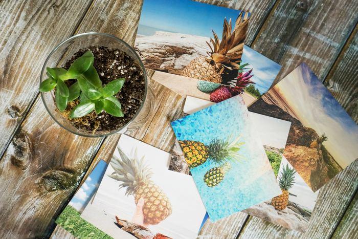 友達が旅先から送ってくれたもの、美術館や展覧会で購入したもの、旅行の思い出に集めたものなど……ポストカードって、ついつい増えてしまいがち。せっかく集めたポストカードをオシャレに飾れたら、嬉しいですよね?一枚一枚は葉書サイズの小さなものでも、何枚か集めて飾ると見栄えのするアートになるんです!  今回はポストカードをアートのように飾るアイデアを、DIYできるものも含めていくつかご紹介します。