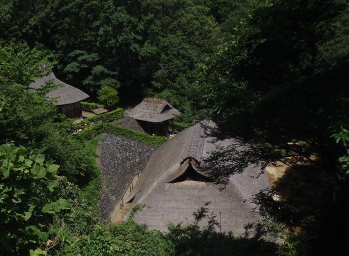 元々の地形を生かした展示スペースは広く、坂道や階段があるので、歩きやすい靴で出かけましょう。節句飾りなど季節に応じた展示も風流です。そばには「岡本太郎美術館」もあるので、あわせて見学するのもおすすめ。
