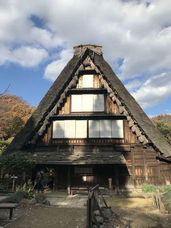 園内のほぼ真ん中、白川郷の合掌造りの民家を移築した山下家(県重要文化財)の1階には、そば処「白川郷」が入っており、山菜そばやとろろそばなど、素朴なお蕎麦や甘味がいただけます。