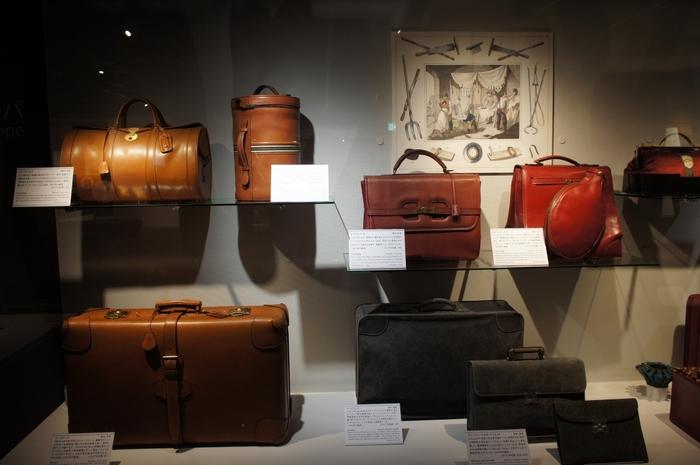 イタリア製のラケットカバー付きバッグや、シマウマや孔雀を使った貴重なカバンなど、普段目にする機会のないカバンばかり。