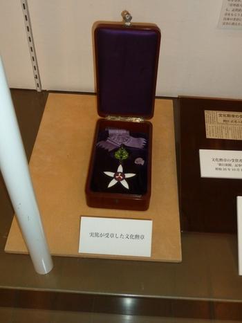 1951年に武者小路実篤氏が受賞した文化勲章も展示されています。そのほか、生前集めた美術品も飾られていて、人となりを今に伝えています。