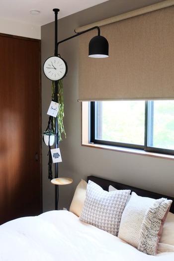 オシャレな黒の突っ張り棒にいろんな物を吊るしてベッドルームにもアートをプラス。お気に入りのポストカードも一緒に飾ってお気に入りの空間を作っちゃいましょう。