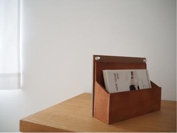 その裏側にセリアのポストカードをボンドでくっつけて収納ボックス付のフォトフレームにするのも◎ 収納ボックスには、お気に入りのポストカードや、もらったハガキや手紙などを入れておけます。