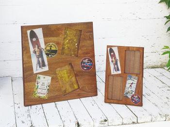 木のフォトフレームにポストカードを飾るのもとっても素敵。お気に入りの写真とお気に入りのポストカードを一緒に入れるのもいいですね。