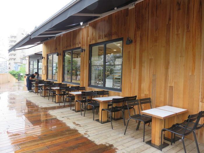 「GARDEN HOUSE CRAFTS(ガーデンハウス クラフツ )」は、鎌倉の人気レストラン「GARDEN HOUSE」の2号店。代官山駅から歩いて5分ほどのところにある、緑に包まれたベーカリーレストランです。都心なのに、まるで高原のレストランを訪れたかのようなナチュラルな雰囲気が魅力で、オープン以来連日多くのお客さんでにぎわっています。