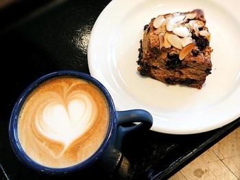 カフェタイムもおすすめ。お天気が良い日はテラス席でゆっくり過ごすのも気持が良いですよ。お気に入りの本を片手に、おいしいパンとコーヒーでリラックスしませんか?