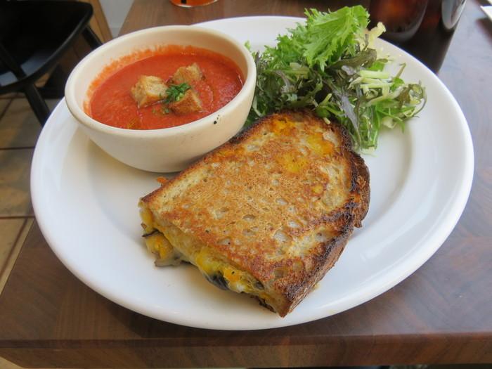 香ばしくトーストされたパンに、チーズやローストマッシュルームがサンドされたボリューム満点のワンプレートランチ。サラダやスープも野菜たっぷりでうれしくなりますね!