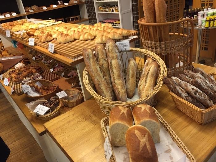 数多く種類が並ぶ充実したベーカリーコーナー。すべて手作りしているという無添加のパンが、次々と焼き上がり、店内はパンの香りでいっぱい。