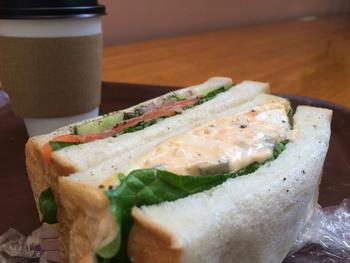 しっかりランチを食べたい方は、デリに置いてある自家製パンを使ったサンドイッチがおすすめ。具だくさんで食べごたえ満点と人気なんですよ。量り売りで買えるお惣菜と組み合わせていただくのも良いですね。パン、デリどちらもイートイン可能です。