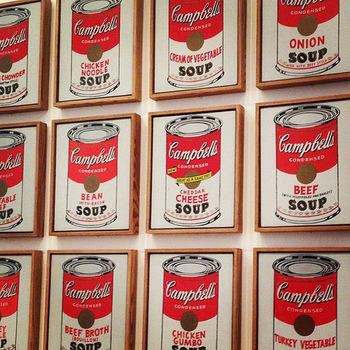 アメリカでキャセロール人気が高まった理由は、手頃な耐熱容器が20世紀初めに出回ったことに加え、戦時中の食糧不足対策の節約に、冷蔵庫の残り物整理ができるキャセロール料理がフィットしたこと、そして有名なキャンベル社がスープ缶詰を家庭料理として使う提案を広めたことなどがあげられます。