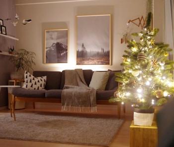 グレーを中心にコーディネートした、温かみがあるオシャレなクリスマスインテリア。今回ご紹介したソファー+ファブリックや、電飾などが使われていますね。