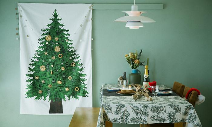 クリスマスツリーを置く場所がない…という方は、クリスマスツリーのタペストリーを飾るのもオススメです。