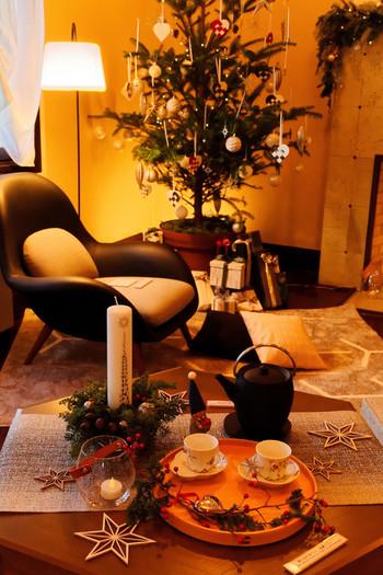 クリスマスツリーとかわいいクリスマスの小物たち。ツリーを眺めながらお茶を飲んで冬を満喫しましょう☆