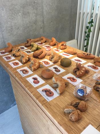 """こちらのパンには、小麦などの穀物の外皮や胚芽""""ふすま""""が使われています。糖質を多く含む胚乳が一切含まれていないので低糖質。それぞれのパンの説明が分かりやすく書かれているので、初めてふすまパンを食べる方も選びやすいですね。"""