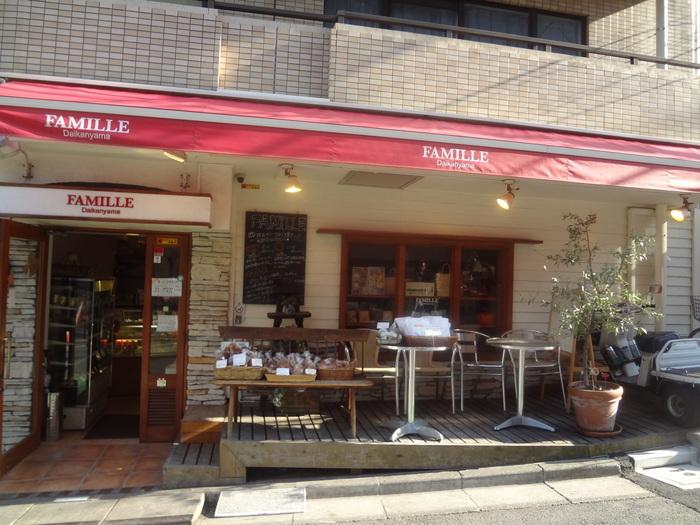 """代官山駅から歩いて5分ほどの住宅街にあるパン屋さん「Famille(ファミーユ)」。フランス語で""""家族""""という意味を表す店名は、お客さんと家族のようにナチュラルにお付き合いしていきたいとの思いからつけられたそう。アットホームな雰囲気が店先から伝わってくるようなお店です。"""