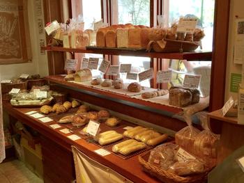 温もりのある店内に並ぶパンの数々…。自家製の2種類の天然酵母とイーストで作るパンは、すぐに売り切れてしまうほどの人気。材料や製法にこだわり、ひとつひとつ無添加で作られています。