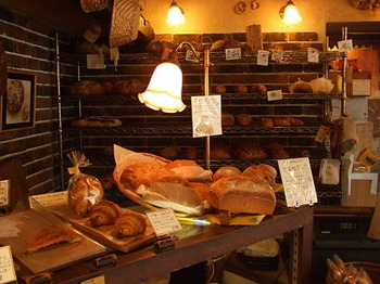 店内は、使い込まれた棚やライトなど、まるでヨーロッパのお店のような雰囲気です。こちらのパンは、麦を発酵させた酵母を使い、粉は店内の石臼で挽くところからスタート。毎日食べても飽きない味と、地元はもちろん遠方から訪れるお客さんも多いとか。