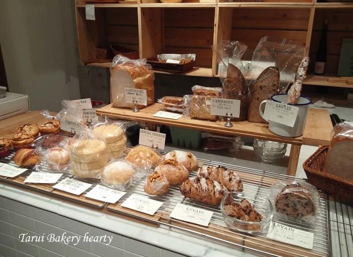 ハード系のパンを中心に、くるみやレーズンが入ったパンやクリームパン、バナナブレッドなど、約10種類のパンが並んでいます。自然農法で育てたブドウから酵母をおこして作られているパンは、少し軽めでしっとりしているのが特徴。