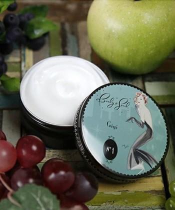 化粧水の後は、かならず乳液やクリームを使ってください。 乳液などでフタをしないと、水分が蒸発して余計に乾燥してしまいます。