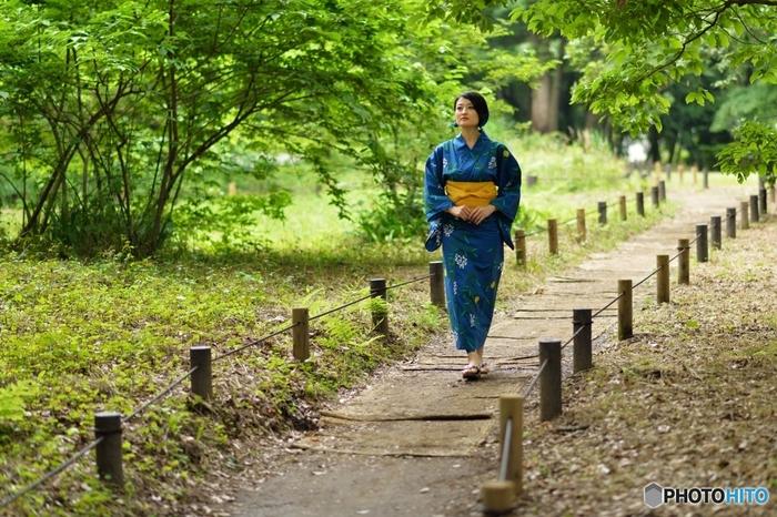 浴衣の時の歩き方は、背筋を伸ばし、内またで歩幅も小刻みで歩くと綺麗に見えます。