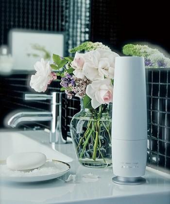 水を使わず香る気化式装置のアロマディフューザー。スリムでコンパクトなので、洗面所などのちょっとしたスペースに置くことが出来ます。心地よい香りに包まれながら、スキンケアやメイクが楽しめます。