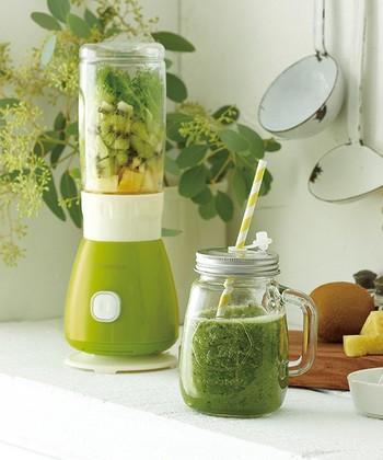 見た目にも可愛らしいのがうれしいrecolte (レコルト) のブレンダー。野菜や果物たっぷりのスムージーや、スープ、ドレッシングなどが作れます。